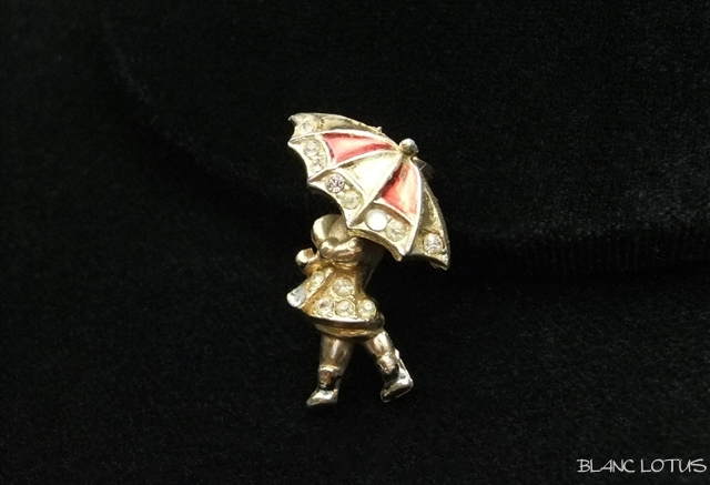 傘をさした女の子 ブローチ