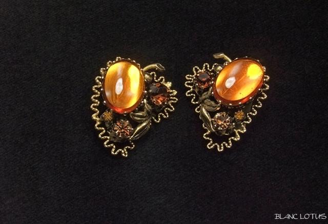 金の葉と琥珀色のイヤリング