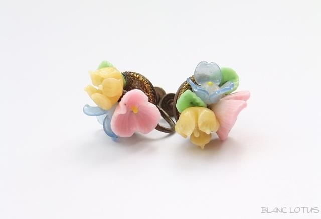 パステルカラーのガラスの花のイヤリング
