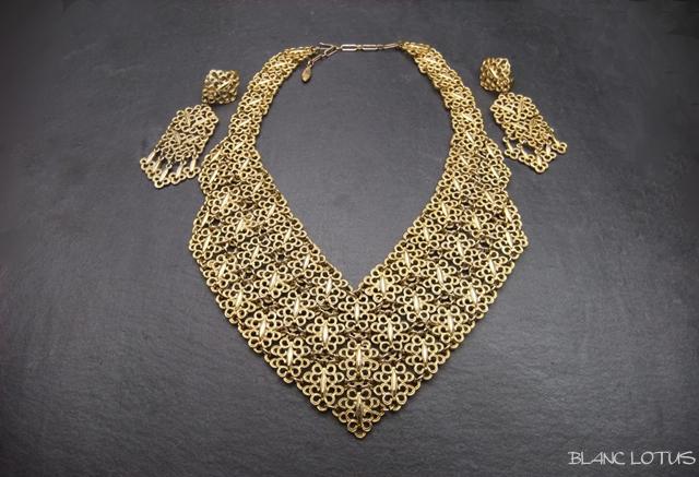 ゴールドトーンのネックレスとイヤリングのセット