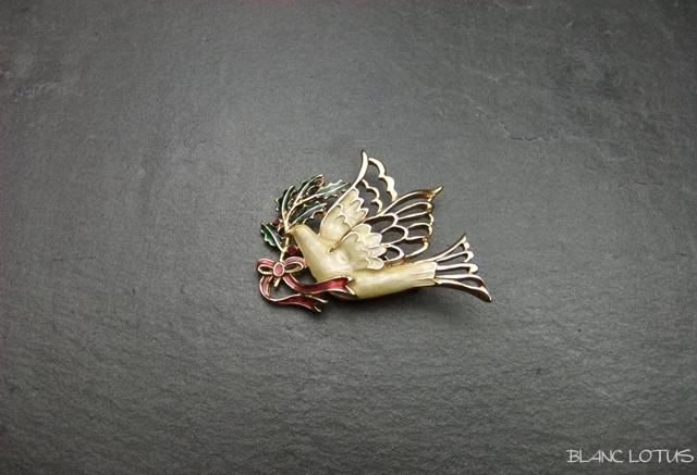 ヴィンテージブローチ 柊をくわえた鳩