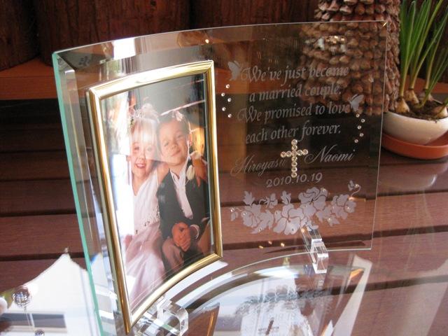 ガラスの結婚証明書フォトフレームスワロフスキークリスタルの十字架付き・パンジー柄