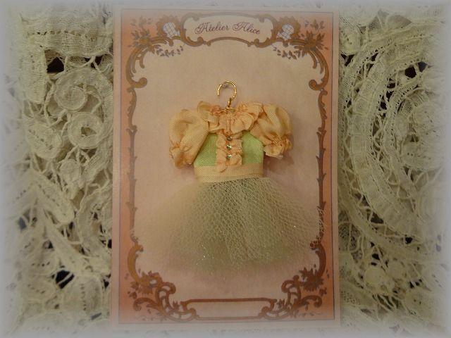 ピンクと薄緑のドレス
