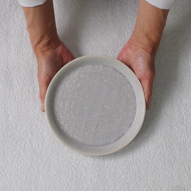 豊田雅代 イッチン 丸皿 藤色 持つ