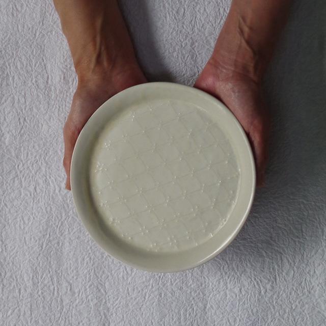 豊田雅代 イッチン 丸皿 白 持つ