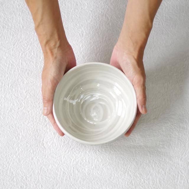 ドット水玉小鉢 持つ