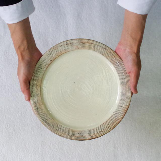 渕荒横彫 8寸リム皿 持つ