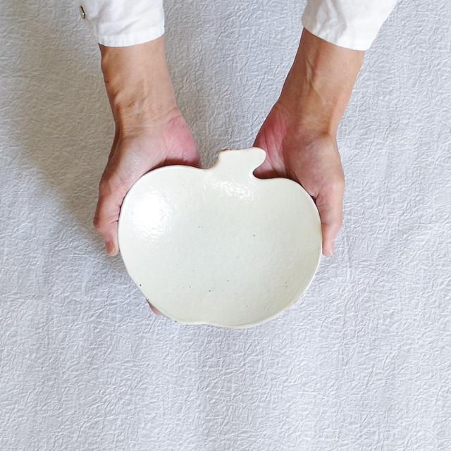 錆釉 りんご皿 中 持つ