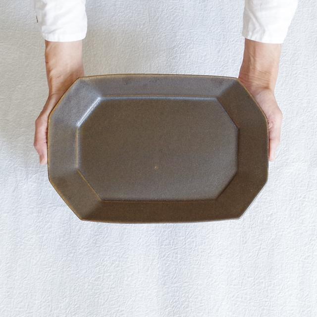 錆釉 八角長方皿 大 持つ