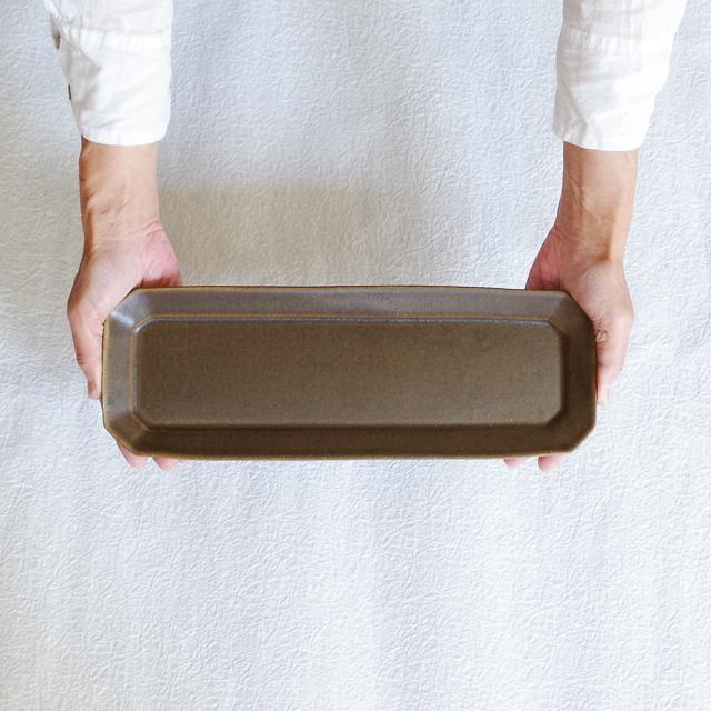 錆釉 八角長皿 持つ