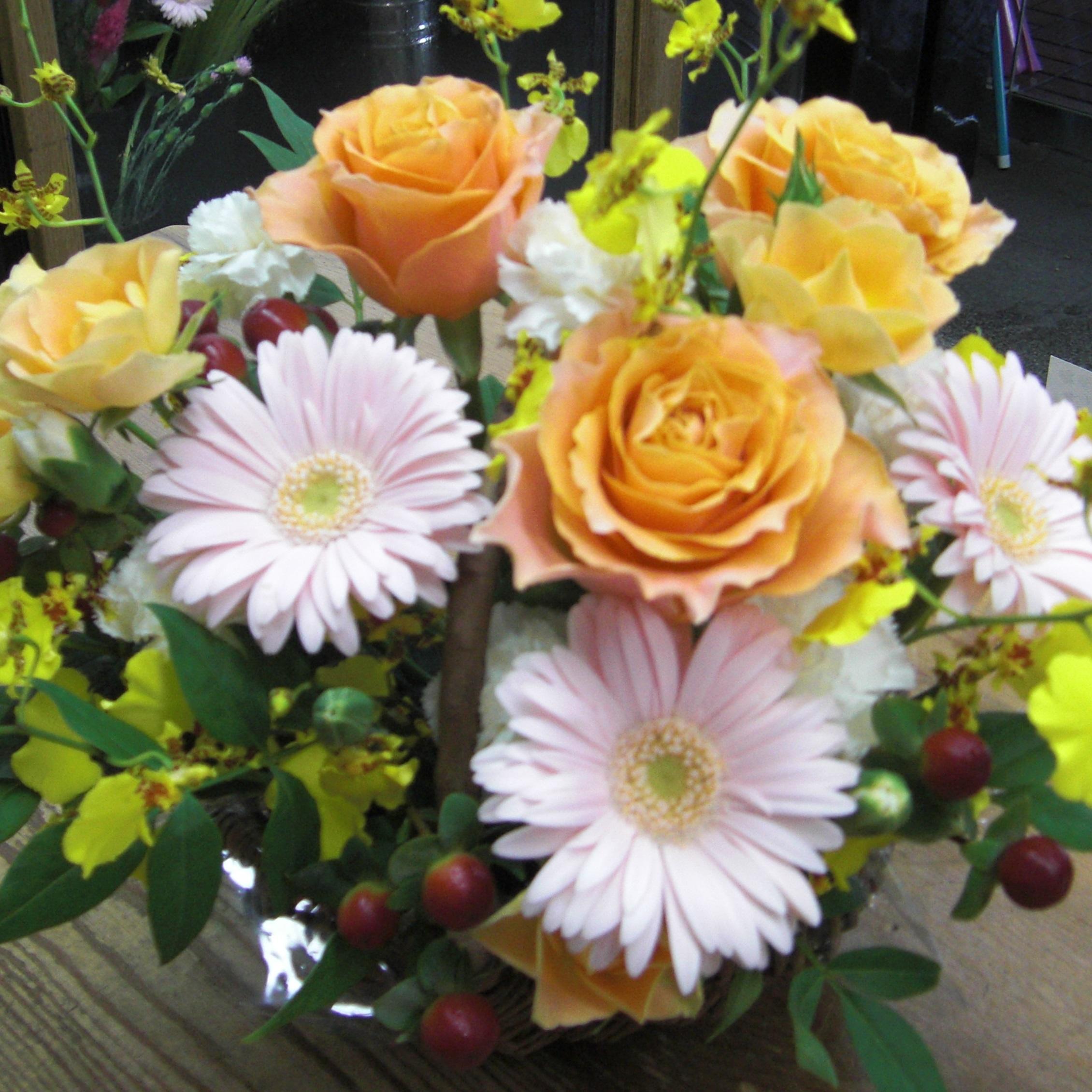 オレンジのバラと淡いピンクのガーベラで可愛いアレンジ