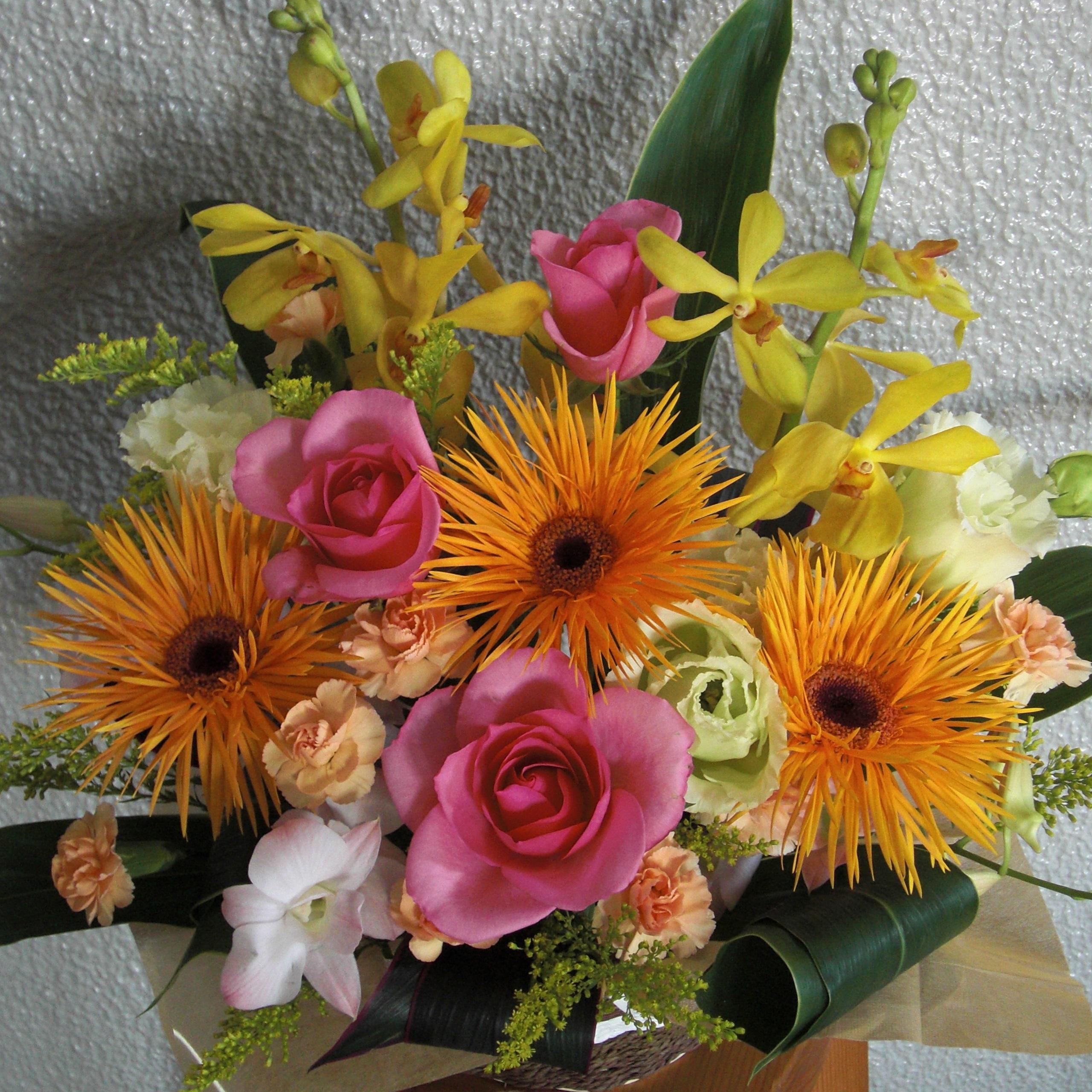 オレンジのガーベラとピンクのバラを使ったアレンジ