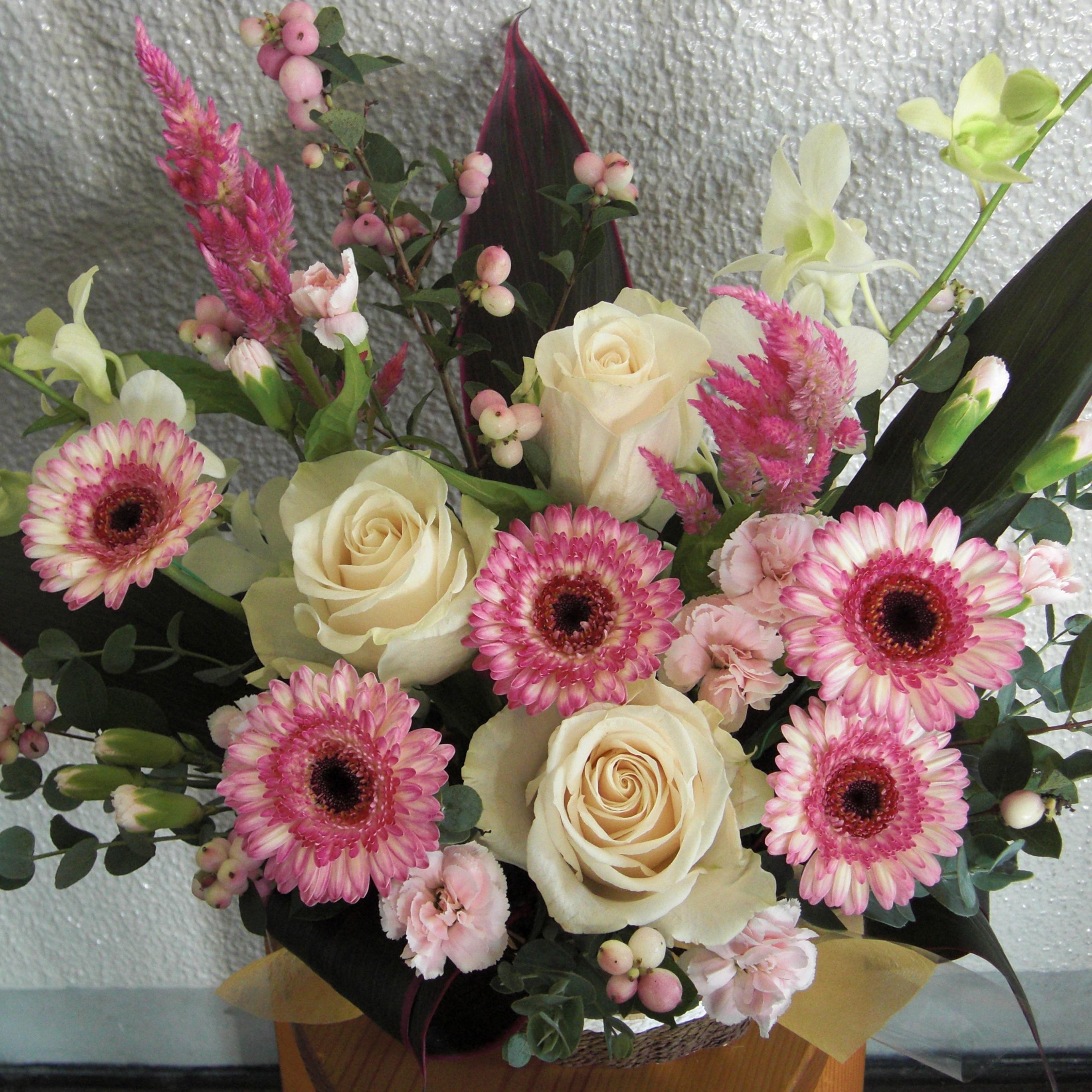 ピンクのガーベラや白いバラを使ったアレンジ