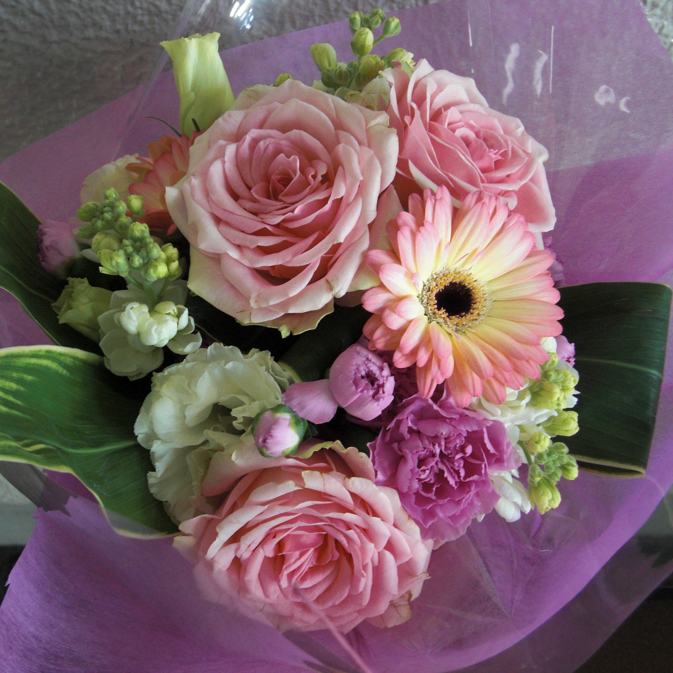 人気のピンクのガーベラとピンクのバラを合わせたブーケ♪