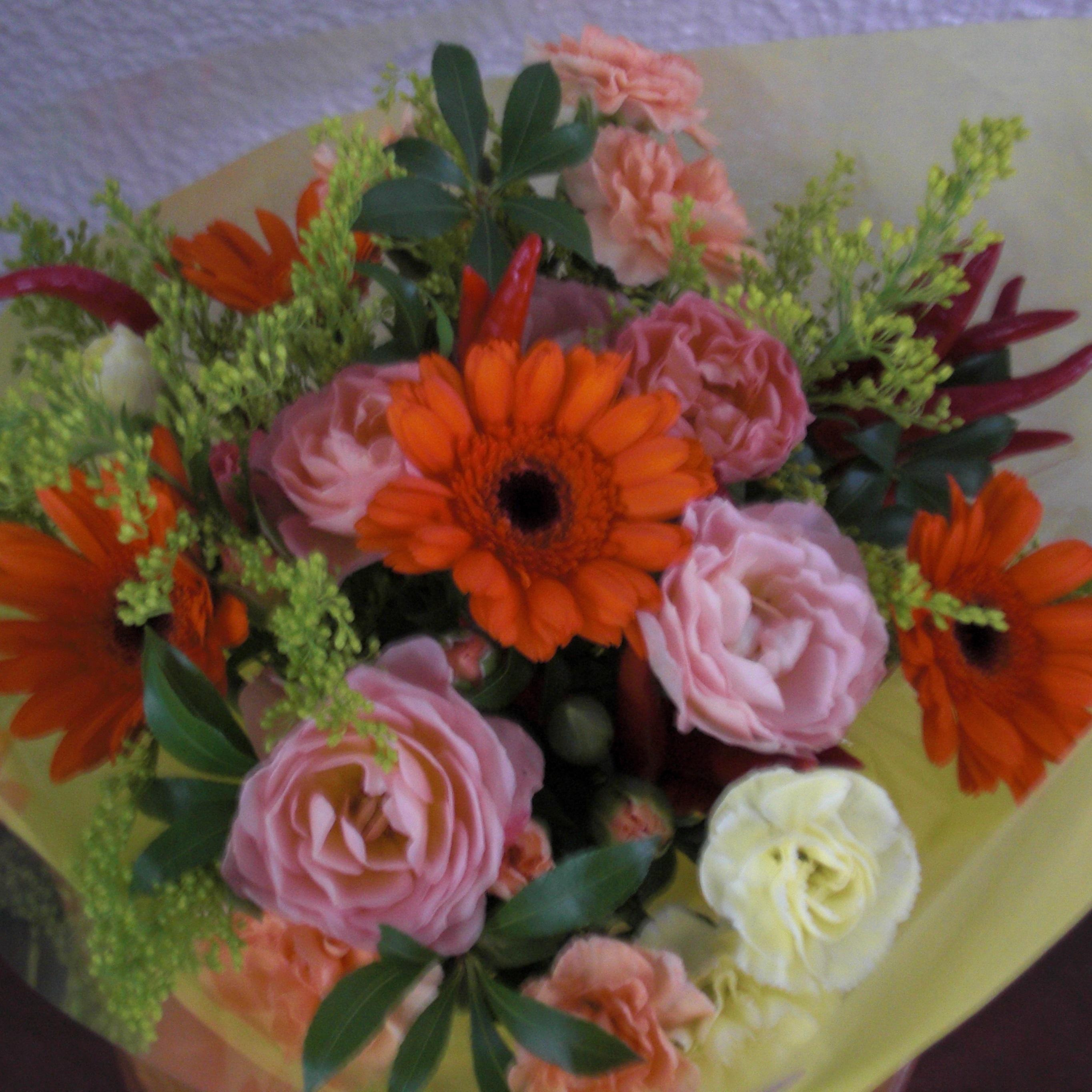 オレンジのガーベラとピンクのバラを使ったブーケ♪