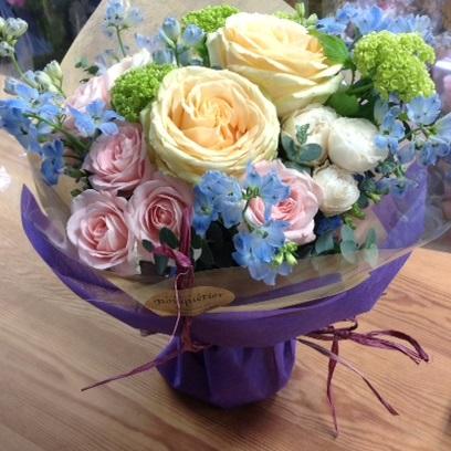 カップ咲きのパステルトーンのバラにブルーの花をアクセントにしたブーケ♪