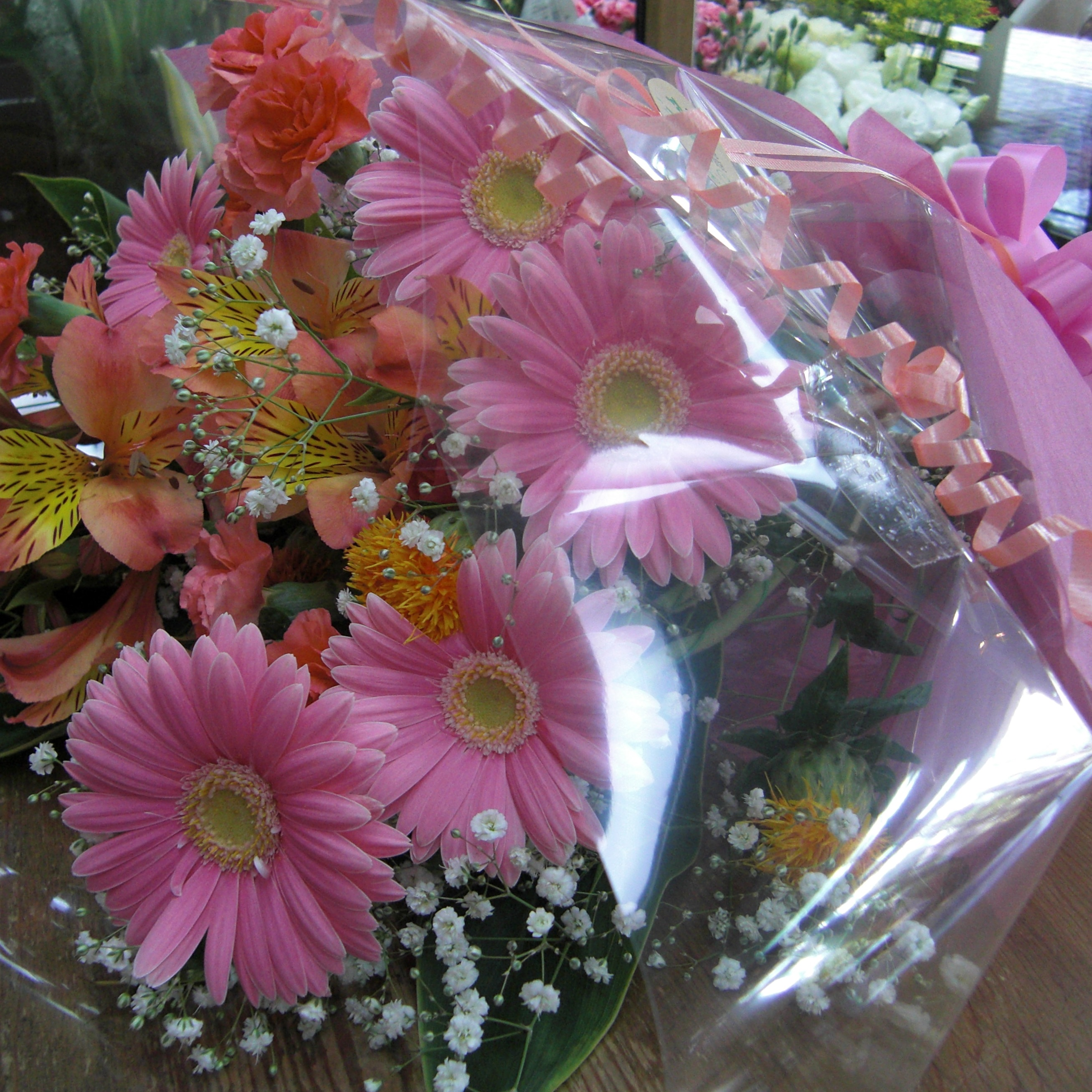 ピンクのガーベラを使った、可愛いく華やかな花束