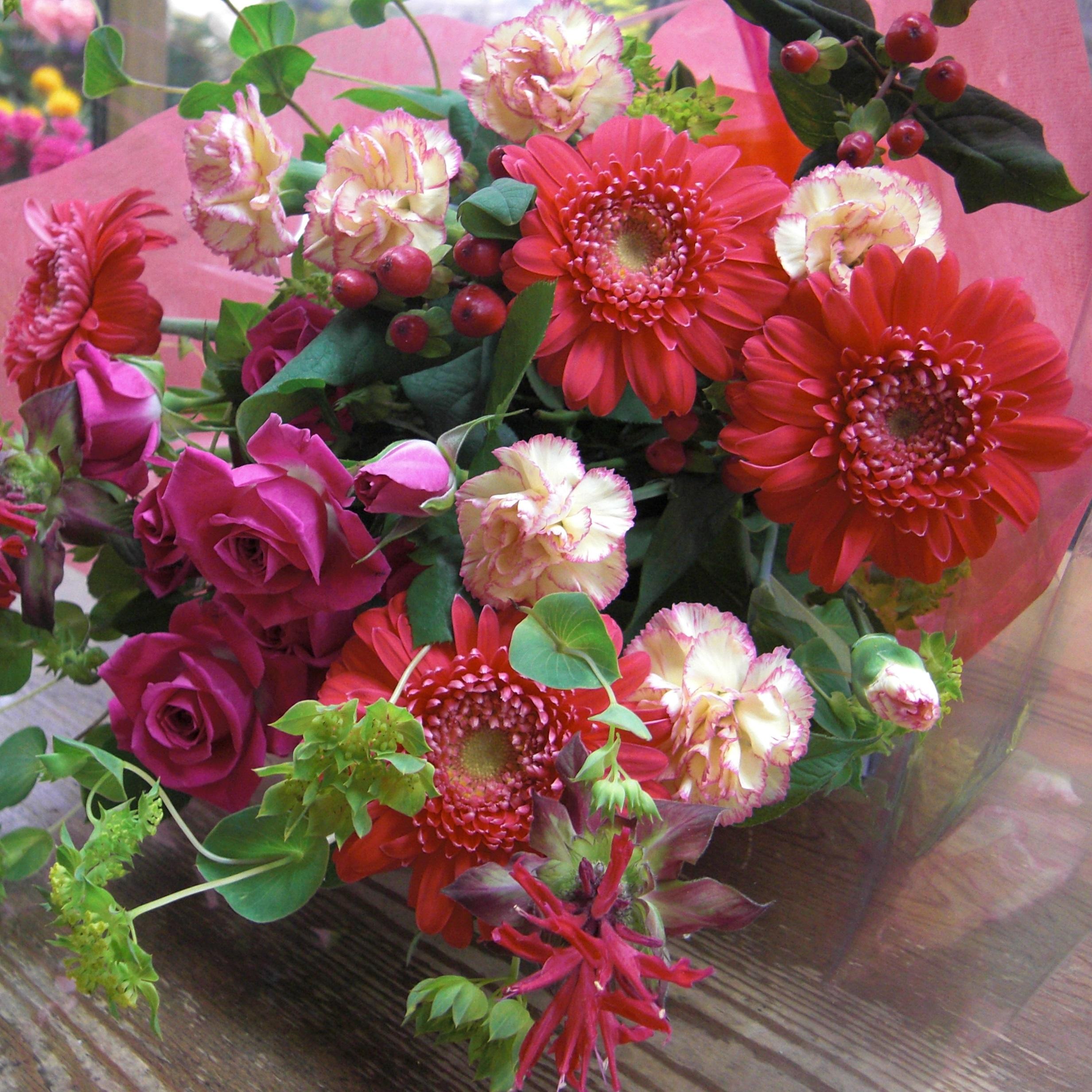 濃いピンクのガーベラを使った可愛い花束