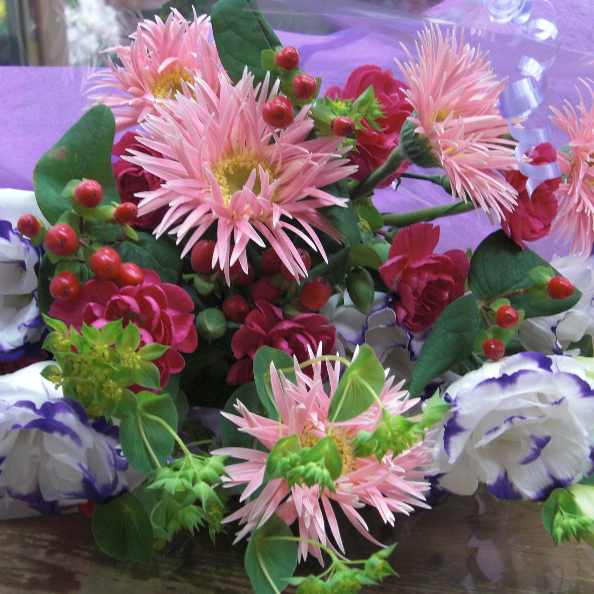 トルコキキョウとちょっと変わったピンクのガーベラを使った花束