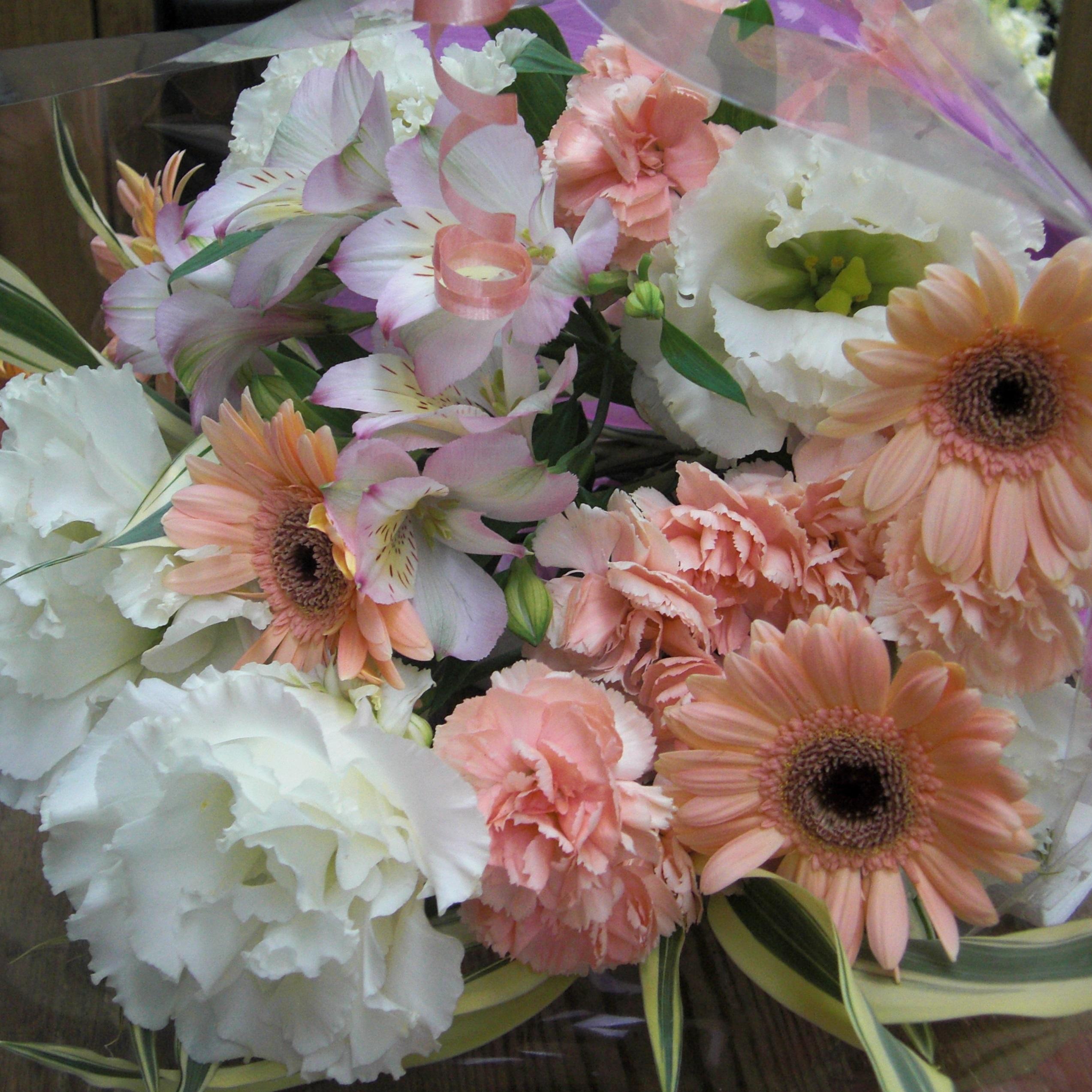 ピンクのガーベラや白いトルコキキョウを使った花束