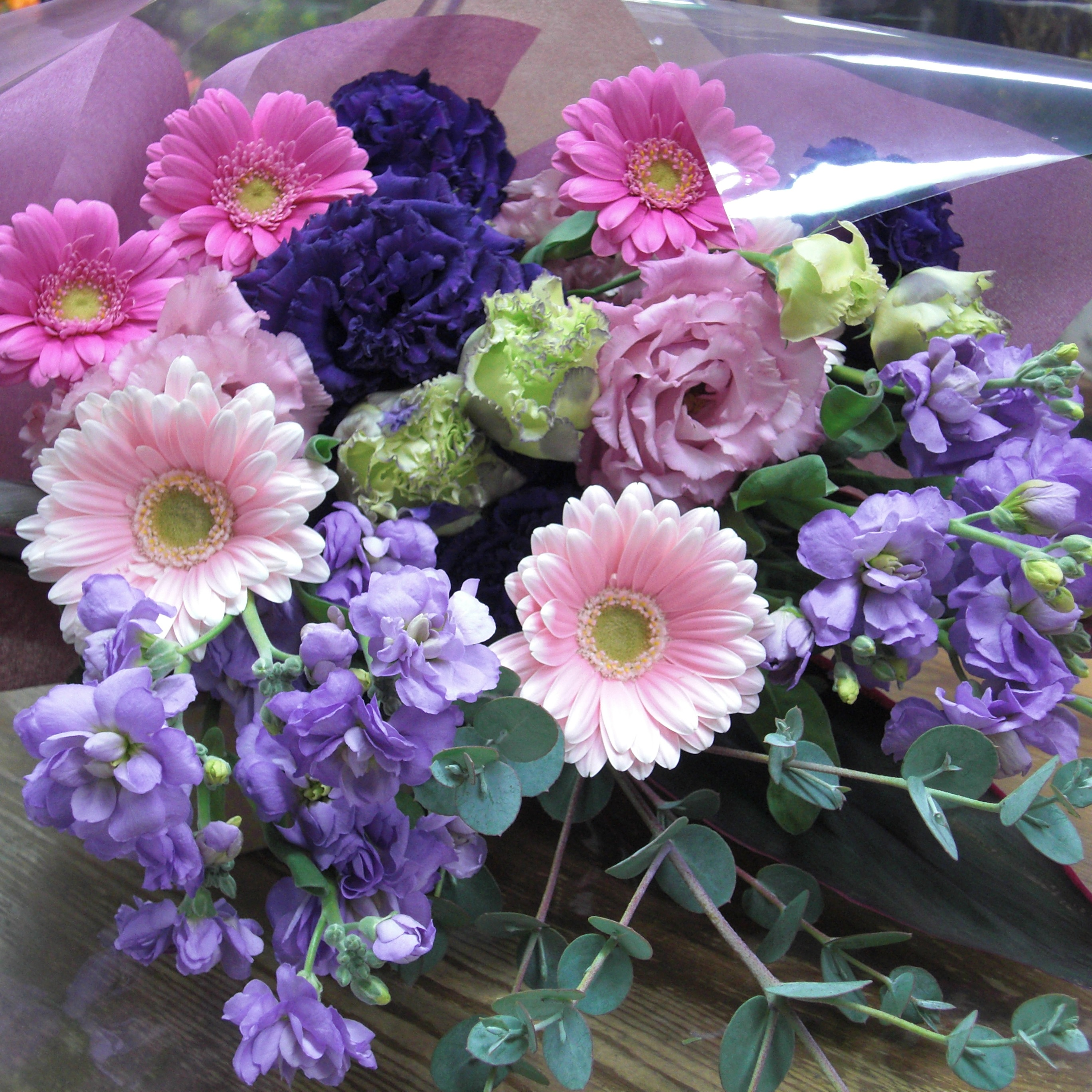 2色のガーベラを使って可愛く仕上げた花束