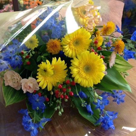 黄色とブルーの花を使った爽やかな花束