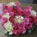 キュートなハートの形にピンクのお花をいっぱい使ったアレンジ♪