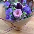 シックなパープルの花にトーンを抑えた大人っぽいピンクを合わせたブーケ♪