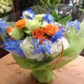 オレンジと白いお花の中にブルーの小花がきいてます♪