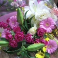 ゆりやバラ、トルコキキョウ、オンシジュウームなどをいれて豪華にステキに仕上げた花束