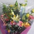 バラ、ゆり、サンダーソニアを使い、豪華で華やかにボリュームたっぷりの花束