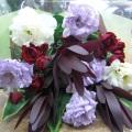パープルや白にシックな赤を合わせて、モダンでスタイリッシュな花束