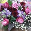 ピンクのバラを使って華やかに仕上げた花束