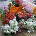 ピンクのバラをメインに春の花(スットク・スイートピー)使った花束