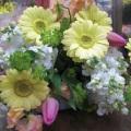 黄色のガーベラと春の花のスットクを使った花束