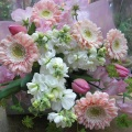 ピンクのガーベラをメインに、明るく華やかに仕上げた花束