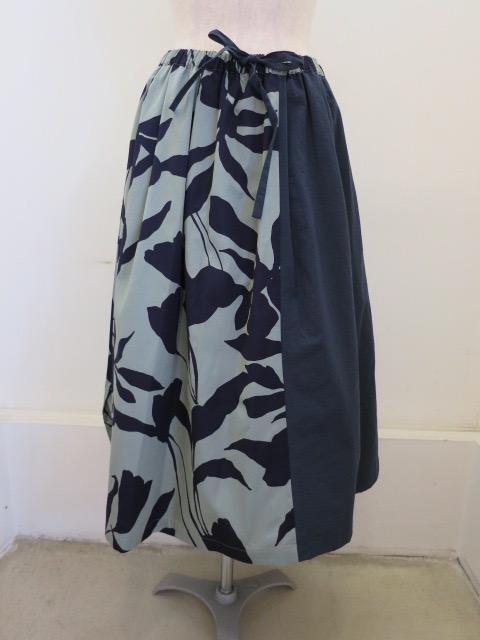 KEI Hayama PLUS(ケイハヤマプリュス) 春風プリントレーヨンコットングログランウエストゴム ギャザースカート:ネイビー