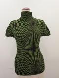 me ISSEY MIYAKE(ミー イッセイミヤケ)、幾何学模様ハイネック半袖Tシャツ:グリーン