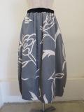 KEI Hayama PLUS(ケイハヤマプリュス)、ラインフラワーモチーフプリントグログランウエストゴムバルーンスカート:グレー