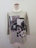 KEI Hayama PLUS(ケイハヤマプリュス) フォットコラージュプリントトルファンゴールド天竺七分袖Tシャツ:ライトグレー