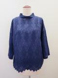 KEI Hayama PLUS(ケイハヤマプリュス) オーバーレース刺繍綿シルクローン七分袖台襟ブラウス:ブルー