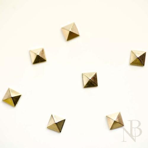 スクエアピラミッド 2mm×2mm / シルバー 50個入