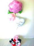 結婚祝「ピンクのウエディングフラワー&バルーンアート」バルーンギフトにメッセージカードを添えれば素敵なバルーン電報になります。