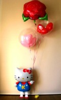愛の告白、お誕生日、「レッドローズ キティバルーン」バルーンギフトにメッセージカードを添えれば素敵なバルーン電報になります。