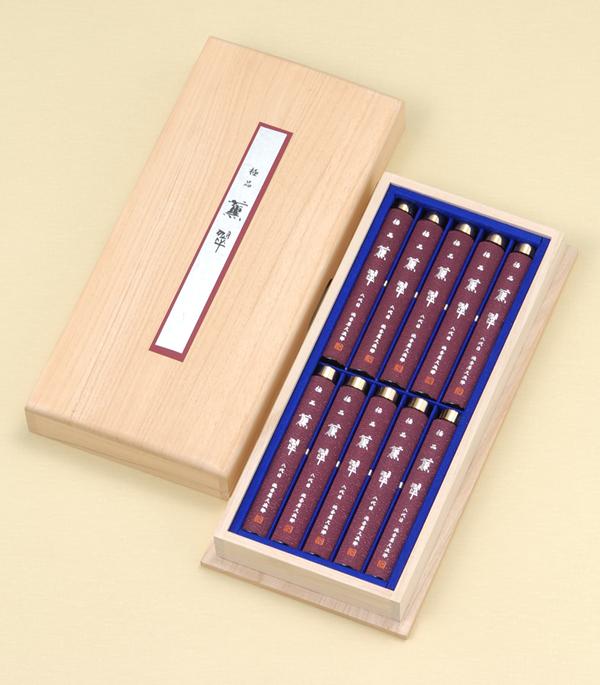 進物線香[極品]薫翠(桐箱入り) = 280年の時を超えて育まれた逸品・深くまろやかな沈香の香りのお線香。ご進物用桐箱入り 送料無料