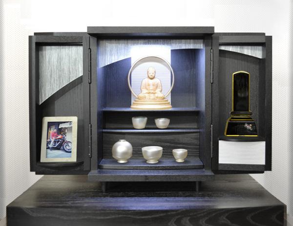 モダン上置仏壇 [夢soメモリアルケース ステンレス市松 ] = ブラックとステンレスのクールな市松文様がおしゃれなモダンモダンコンパクト仏壇