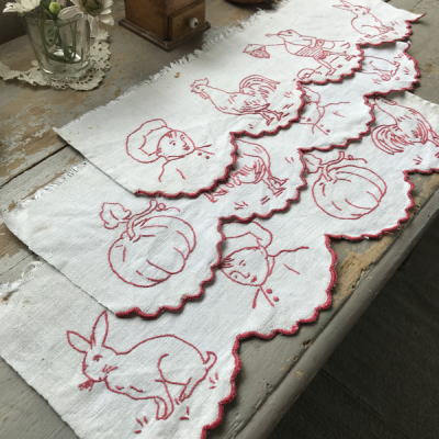 C-954 フランスアンティーク赤刺繍シェルフランナー3枚 手刺繍リネン