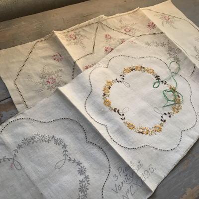 E-092 イギリスアンティークリネン 刺繍パターン2枚 ドイリー&テーブルマット