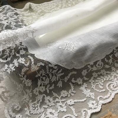 E-892 フランスアンティークハンカチ 19世紀ホワイトワーク手刺繍モノグラム麻ローン&アプリカシオンレースハンカチ 42x42cm