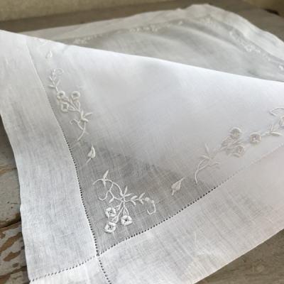 E-921 フランスアンティーク刺繍ハンカチ ホワイトワーク手刺繍リネンローンハンカチ 36x38cm